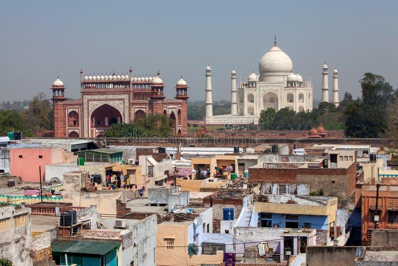 Vista às construções de Taj Mahal e do bairro pobre, Agra, Índia imagem de stock royalty free