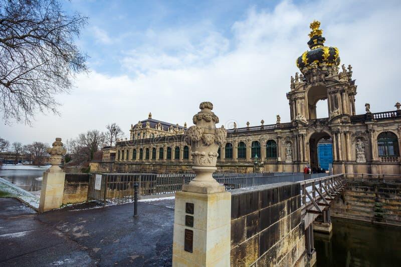 Vista às construções históricas do palácio famoso de Zwinger dentro imagem de stock