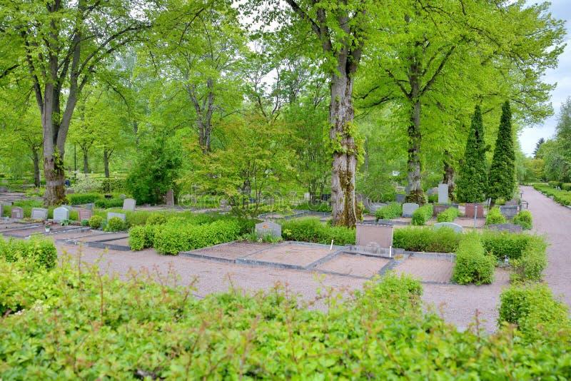 Vista às construções históricas e refletir cênico na beleza em Upsália, Suécia imagem de stock
