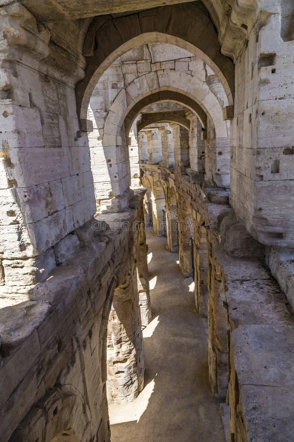 Vista às paredes romanas velhas na arena em Arles fotos de stock royalty free