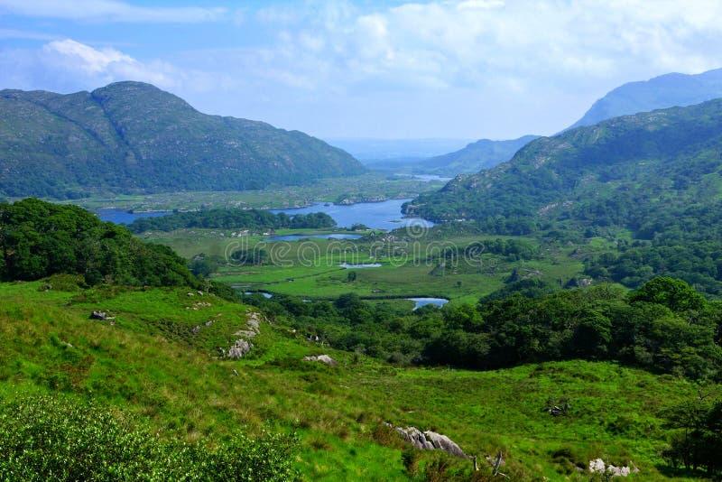 Vista από τη γυναικεία άποψη, δαχτυλίδι της ιρλανδικής αγελάδας στο εθνικό πάρκο Killarney, Ιρλανδία στοκ φωτογραφίες με δικαίωμα ελεύθερης χρήσης