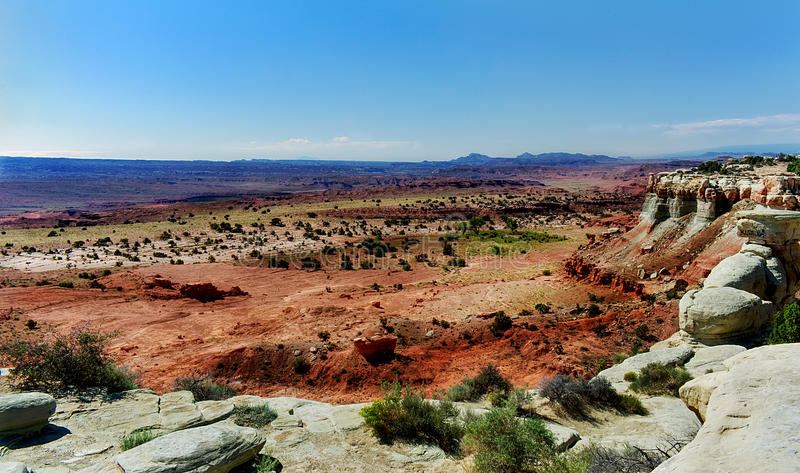 Vista των κόκκινων και γκρίζων βράχων με τα βουνά στο υπόβαθρο στοκ εικόνες
