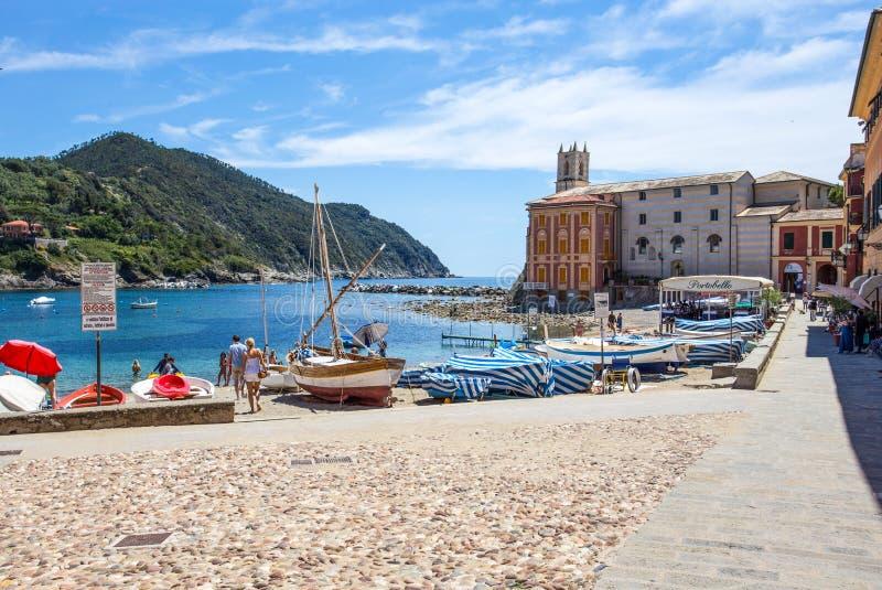 Vista 'da baía de Baia del Silenzio 'do silêncio em Sestri Levante, costa Ligurian, província de Genoa, Itália fotografia de stock