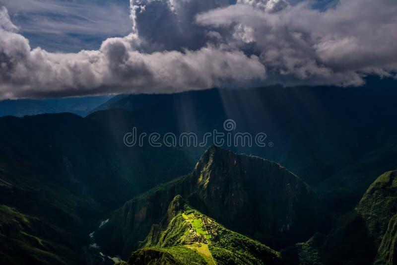 Vista aérea épico e original na montanha de Machu Picchu/Huayna Picchu imagens de stock