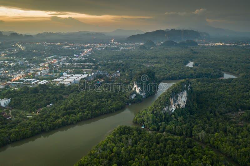 Vista aérea 'Khao das montanhas e do Krabi de Khanab Nam 'do centro durante o por do sol em Tailândia fotografia de stock