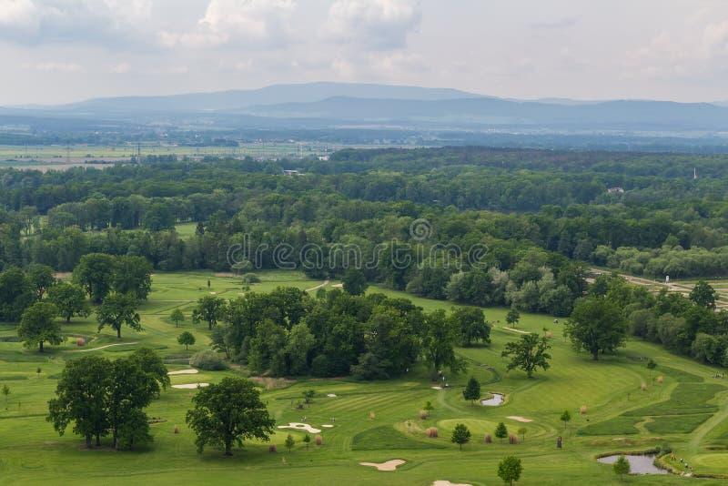 Vista a?rea al campo de golf en Hluboka nad Vltavou, Rep?blica Checa foto de archivo
