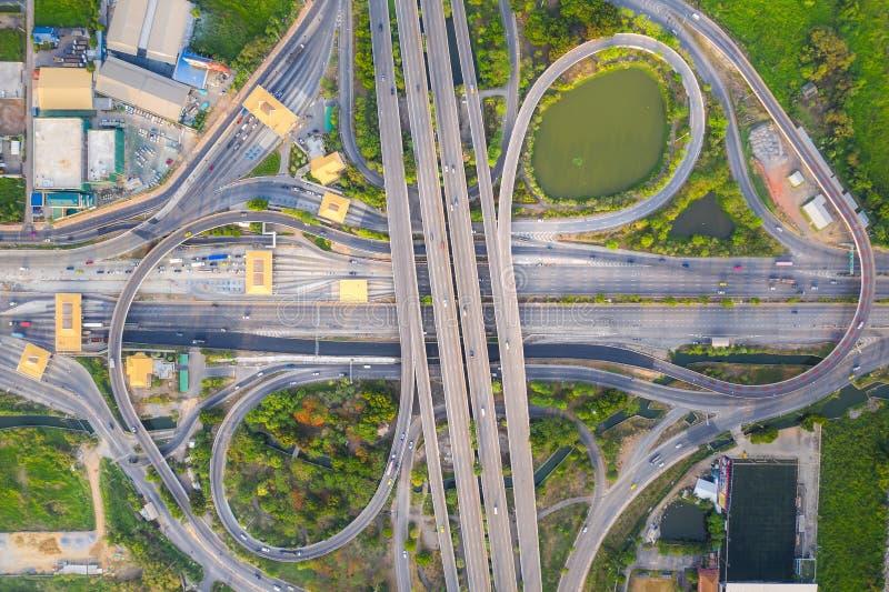 Vista aérea arriba de los empalmes de camino ocupados de la carretera en el día El paso superior de intersección del camino de la imagen de archivo libre de regalías
