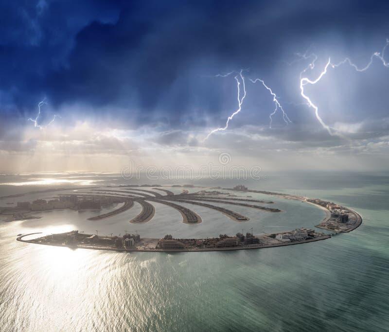 Vista aérea asombrosa de la isla de Jumeirah de la palma en Dubai del helico fotos de archivo libres de regalías