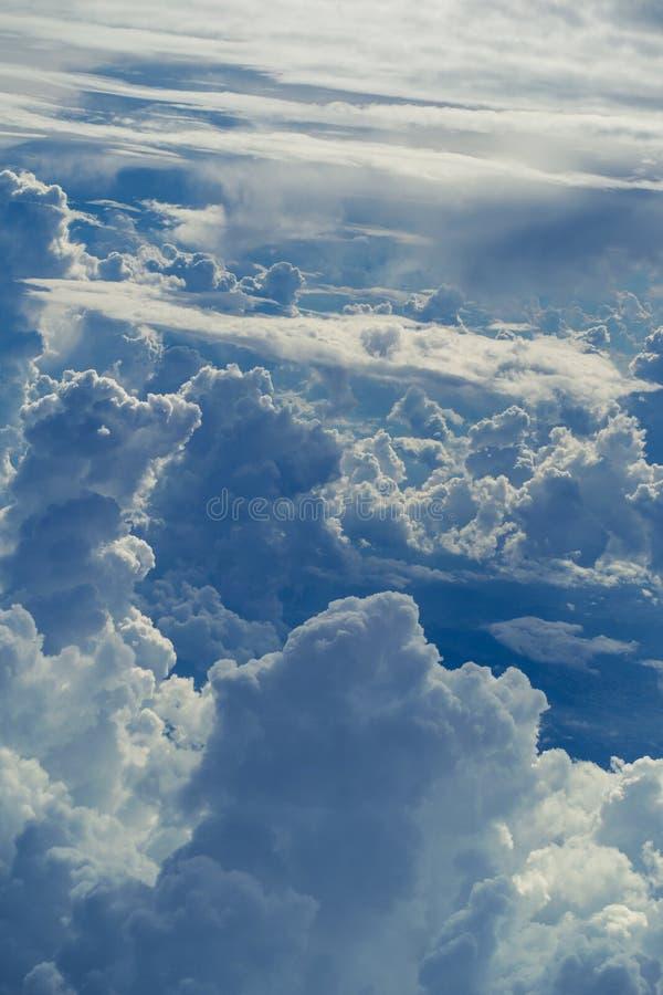 Vista aérea através do céu acima do fundo abstrato das nuvens imagens de stock