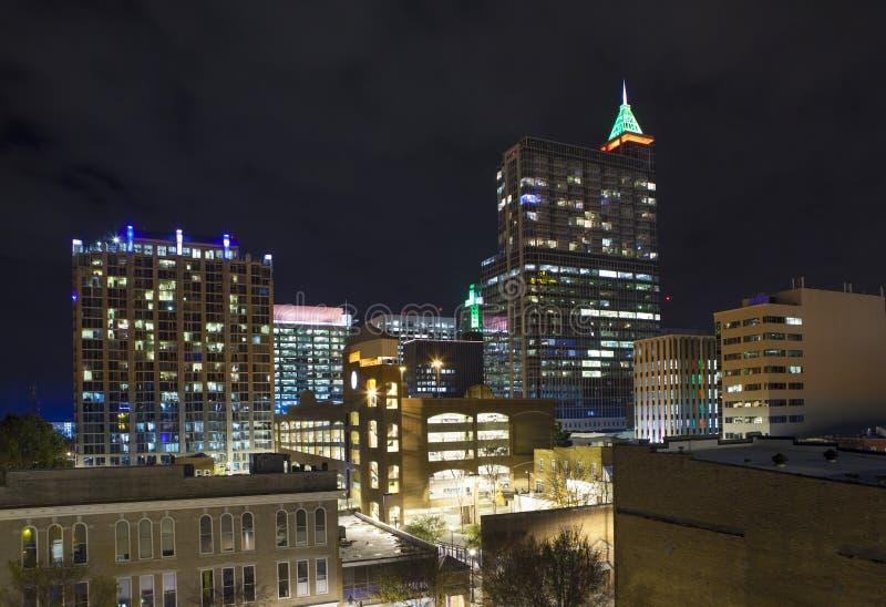 Vista aérea baja de Raleigh en la noche fotos de archivo libres de regalías