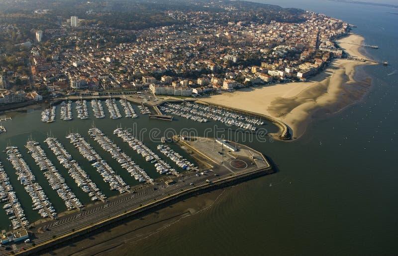 A vista aérea, barcos estacionou no porto de Arcachon, Aquitaine foto de stock royalty free
