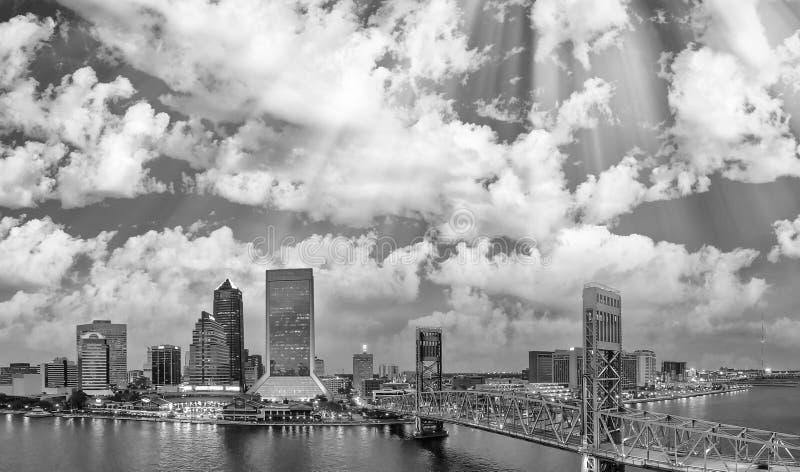 Vista aérea blanco y negro panorámica asombrosa de Jacksonville en fotografía de archivo libre de regalías