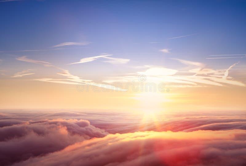 Vista aérea bonita acima das nuvens com por do sol fotos de stock
