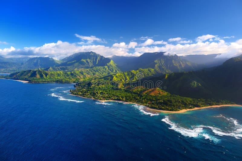 Vista aérea bonita da costa espetacular do Na Pali, Kauai imagens de stock royalty free