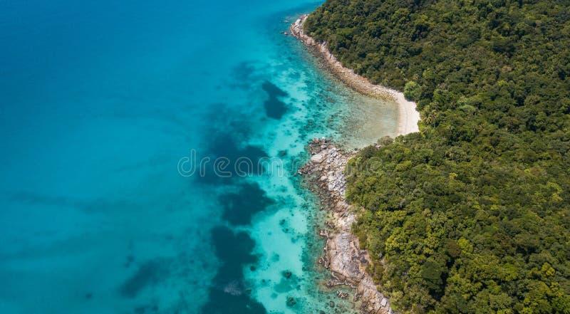 Vista aérea bonita de uma praia tropical paradisíaca imagens de stock royalty free