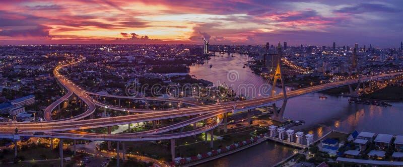 Vista aérea bonita do céu dramático de Banguecoque no bridg do bhumiphol imagem de stock royalty free