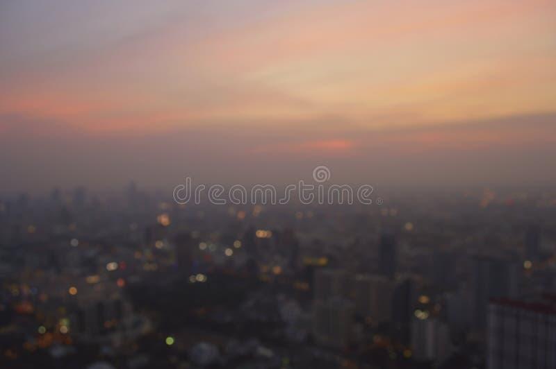 Vista aérea borrosa del paisaje urbano en el ocaso ligero caliente, Bangkok imagenes de archivo