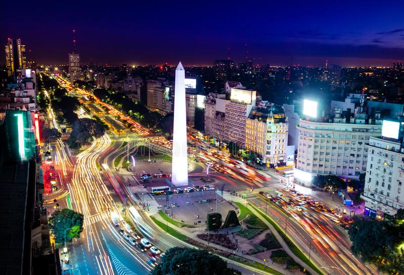 Vista aérea colorida de la avenida en la noche - Buenos Aires, la Argentina de Buenos Aires y de 9 de Julio foto de archivo