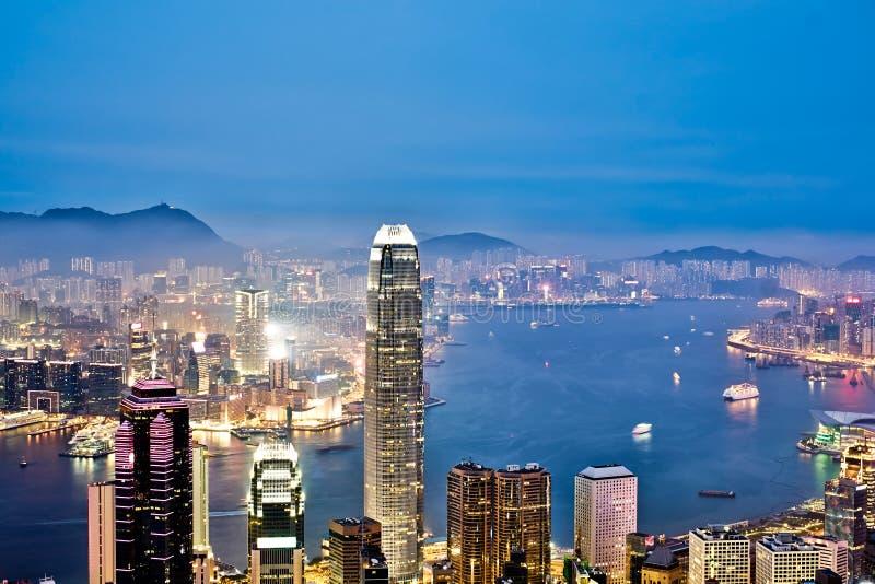 Vista aérea colorida moderna bonita panorâmico da cidade e céu noturno vívido em Hong Kong (HK), China imagens de stock royalty free