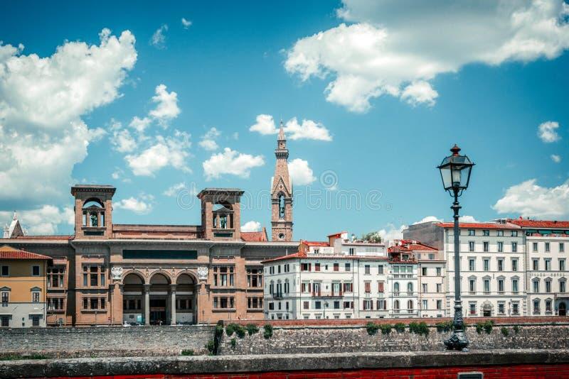 Vista aérea colorida moderna Florence Firenze no contexto azul Destino europeu famoso do curso Dia de verão ensolarado Bonito imagens de stock