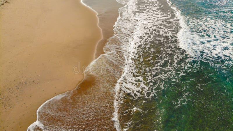 Vista a?rea colorido das ondas do mar que espirram no Sandy Beach foto de stock