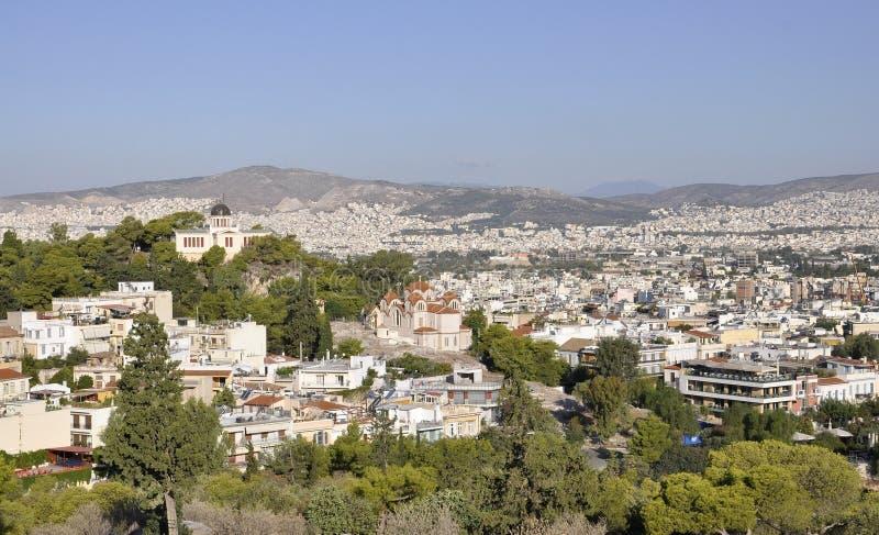 Vista aérea com a catedral bizantina da trindade santamente e do telescópio do obervatório nacional de Atenas em Grécia imagem de stock