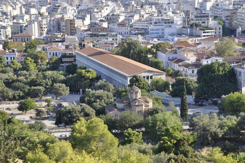 Vista aérea com o Stoa de Attalos e a igreja de apóstolos santamente de Atenas em Grécia foto de stock royalty free
