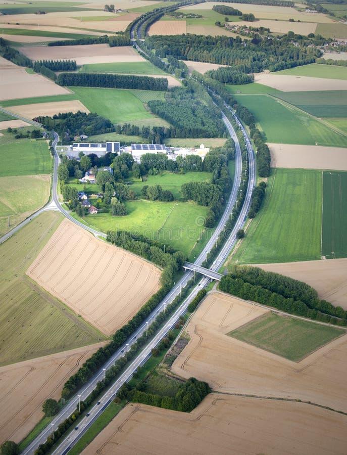 Vista aérea: Curva da estrada no campo imagem de stock royalty free
