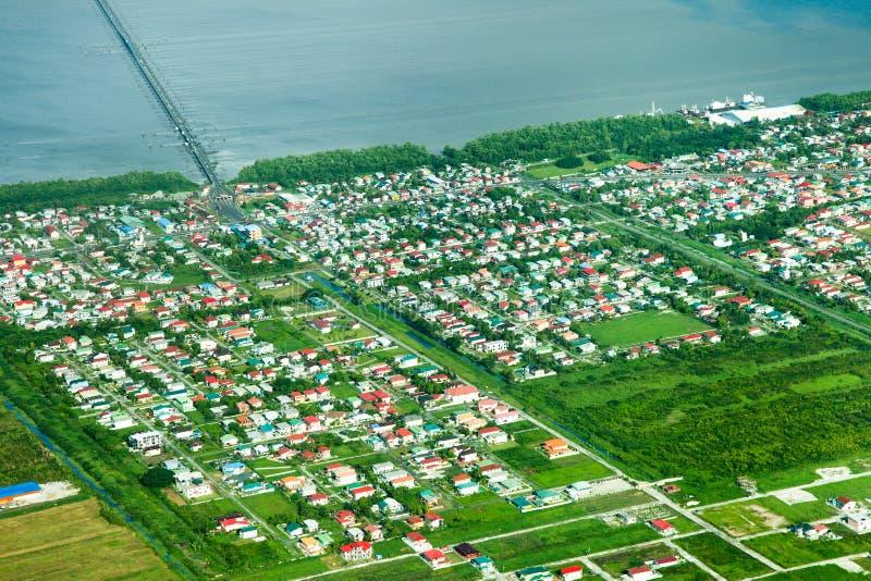 Vista aérea da área do parque da república, subúrbio de Georgetown, ponte do porto do Demerara foto de stock