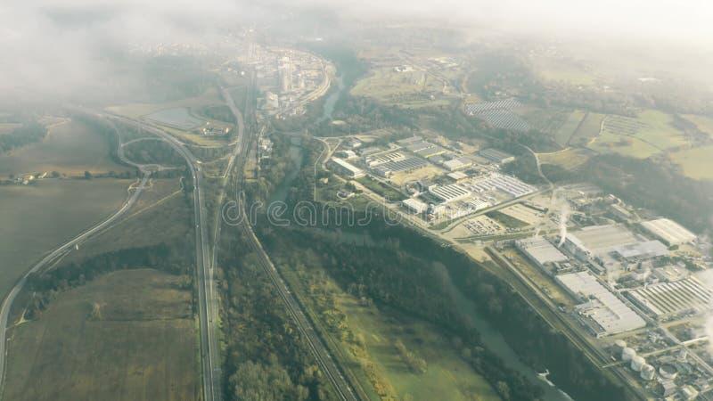 Vista aérea da área industrial grande e da estrada em Úmbria, Itália fotos de stock royalty free
