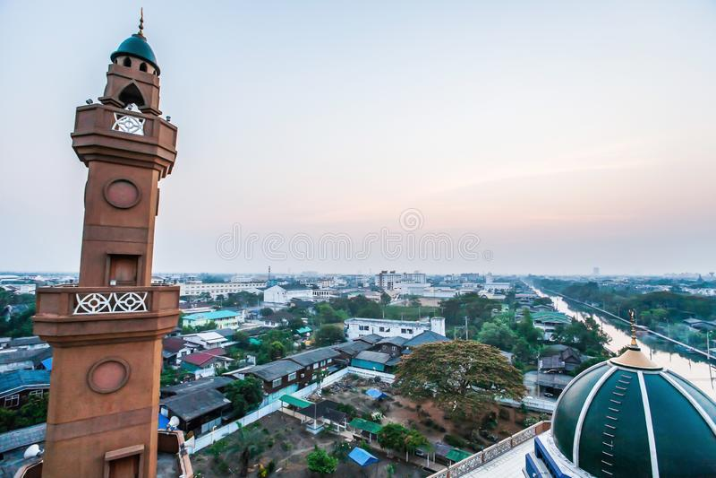 Vista aérea da abóbada verde da mesquita e do telhado verde contra no crepúsculo, paisagem do lado do canal e urbano cênicos de B foto de stock royalty free