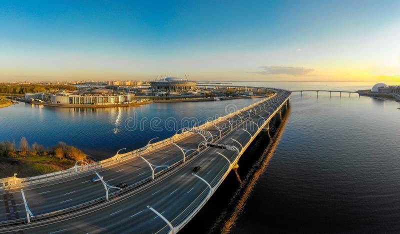 Vista aérea da arena de Zenit do estádio de futebol no por do sol e na estrada nova - diâmetro de alta velocidade ocidental que c imagens de stock royalty free