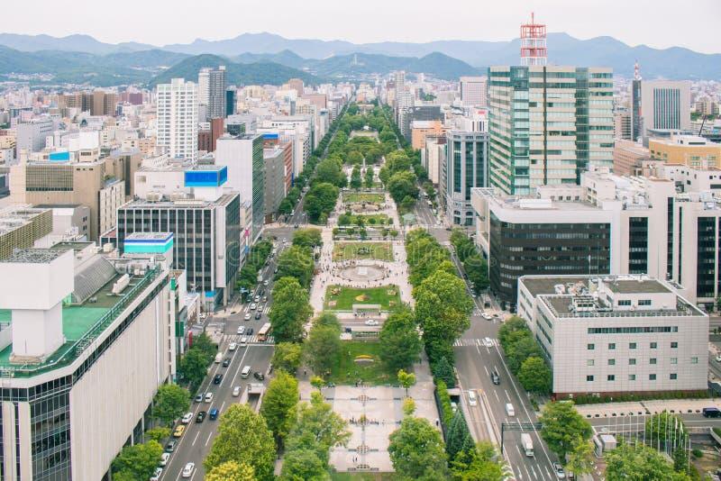Vista aérea da arquitetura da cidade e do parque bonitos de Odori da torre da tevê de Sapporo no tempo de manhã em Japão fotografia de stock