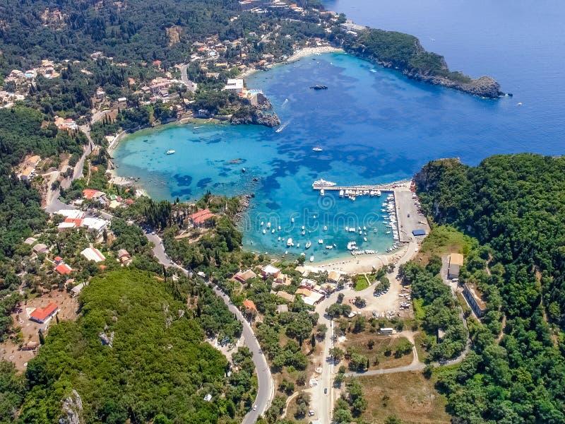 Vista aérea da baía de Paleokastritsa, em Corfu fotografia de stock