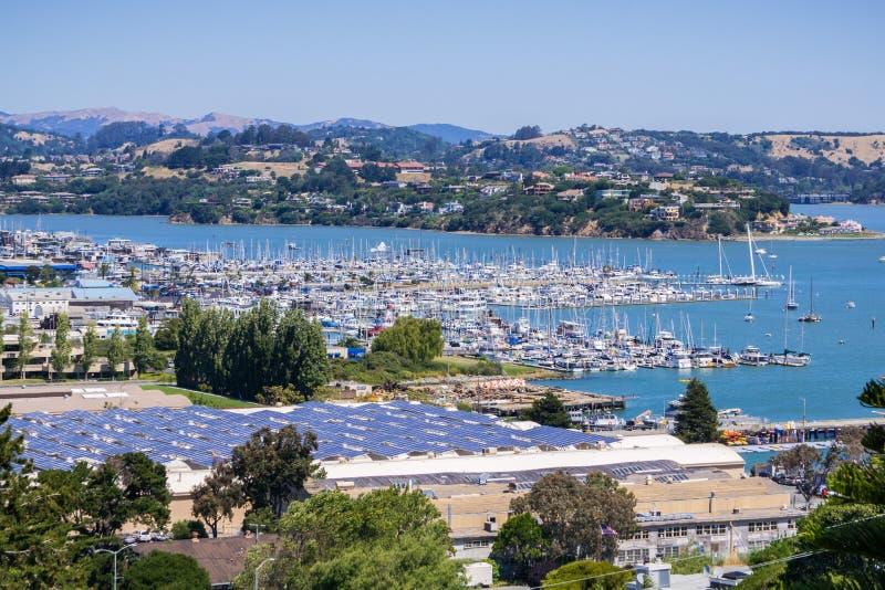 Vista aérea da baía e do porto dos montes de Sausalito; painéis solares instalados no telhado de uma construção, San Francisco imagem de stock