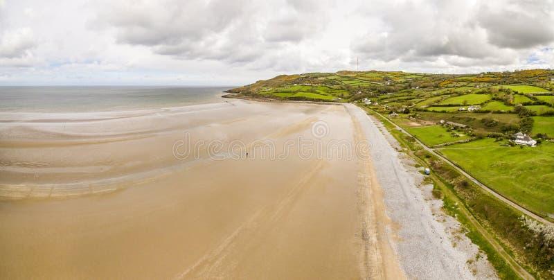 Vista aérea da baía vermelha do cais na ilha de Anglesey, Gales norte, Reino Unido imagens de stock