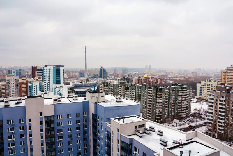 Vista aérea da baixa em Yekaterinburg, Rússia durante o dia nebuloso foto de stock