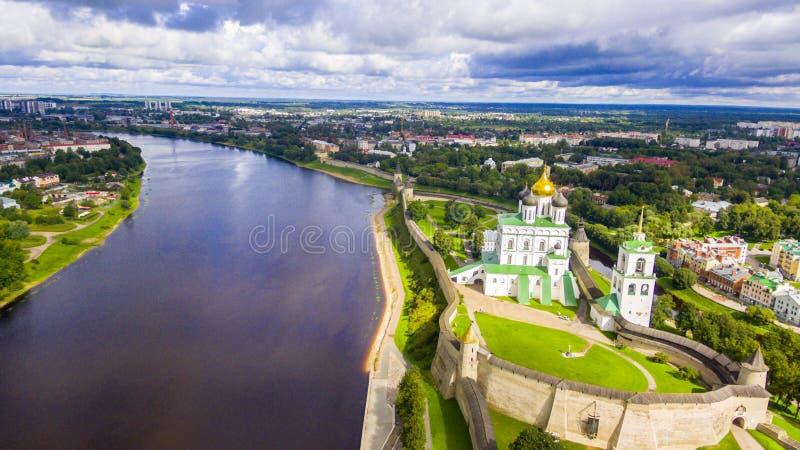 Vista aérea da catedral da trindade, Kremlin de Pskov imagens de stock