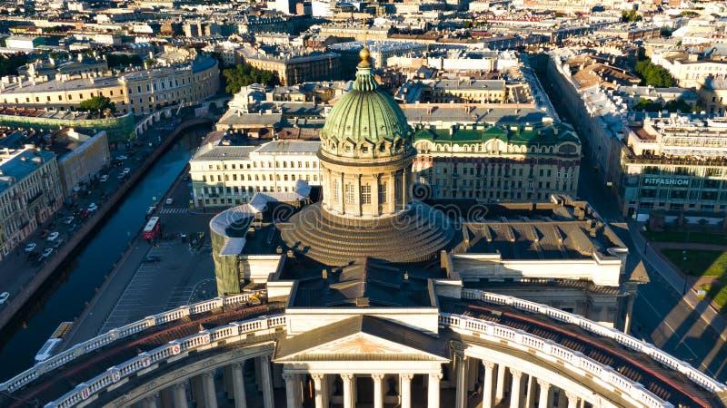 Vista aérea da catedral de Kazan no verão no alvorecer, no centro da cidade histórico de St Petersburg, puteshestvija e foto de stock royalty free