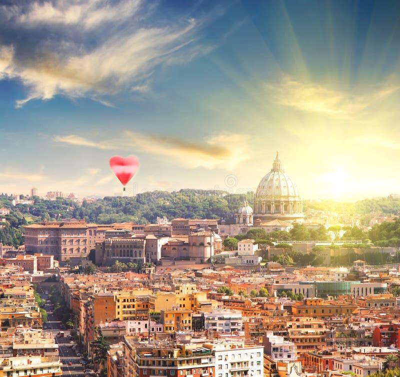 Vista aérea da catedral de St Peter em Roma, Itália no por do sol da mola foto de stock
