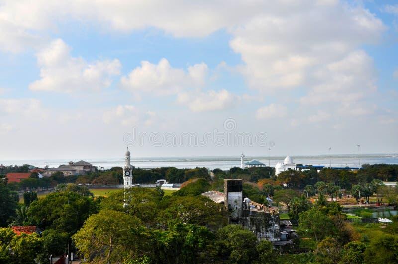 Vista aérea da cidade com a torre de pulso de disparo do lago do parque da biblioteca e o oceano Jaffna Sri Lanka imagem de stock royalty free