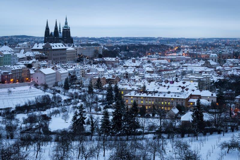 Vista aérea da cidade congelada do inverno de Praga imagens de stock