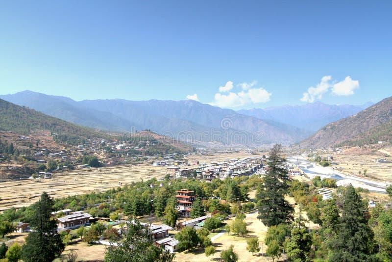 Vista aérea da cidade de Thimphu com o hou butanês do estilo tradicional imagens de stock