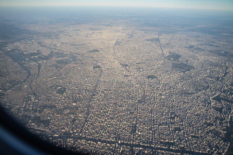 Vista aérea da cidade do centro de Buenos Aires da janela do avião na manhã com skyline imagens de stock