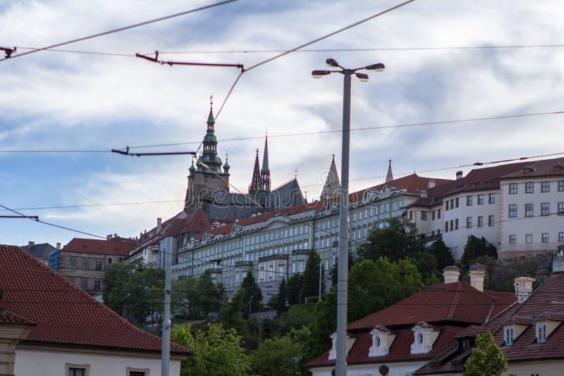 Vista aérea da cidade e da catedral velhas do ` s de Vitus de Saint em Prag foto de stock