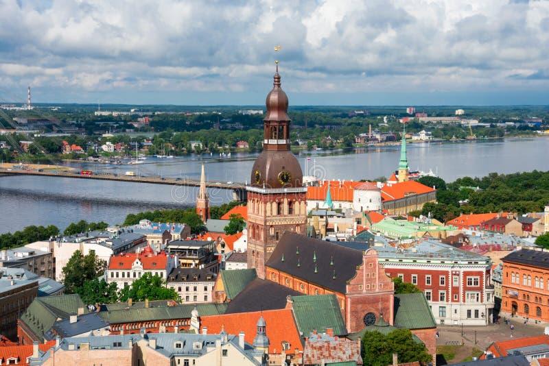 Vista aérea da cidade e do rio velhos do Daugava da igreja do ` s de St Peter imagens de stock