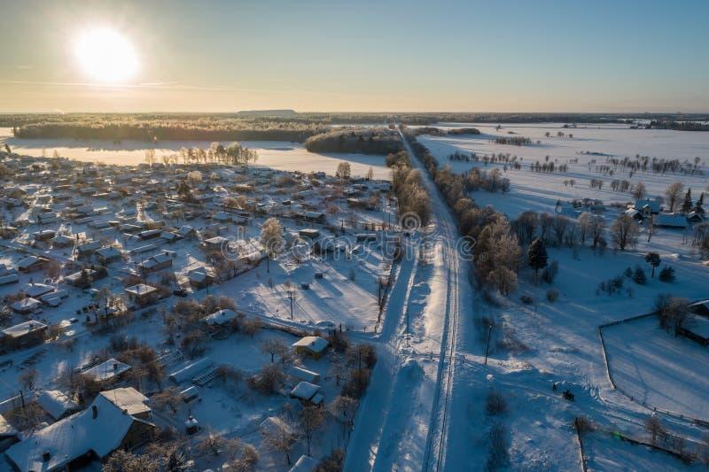 Vista aérea da cidade na manhã fria do inverno Nascer do sol no dia nevoento imagem de stock royalty free