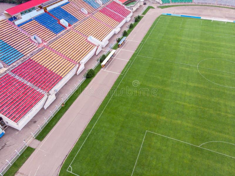A vista aérea da cidade ostenta o estádio com lugares vazios campo de futebol imagens de stock royalty free
