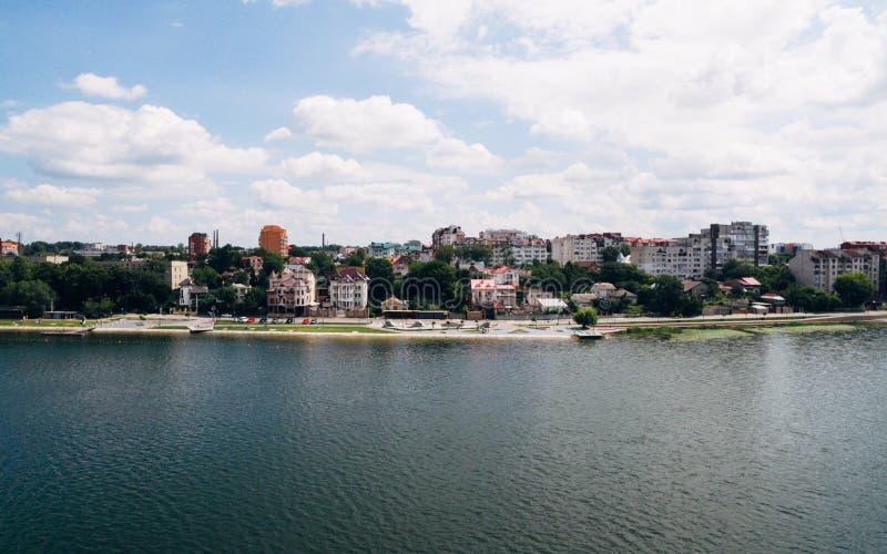 Vista aérea da cidade pitoresca verde na costa do lago Ternopil ucrânia imagem de stock royalty free