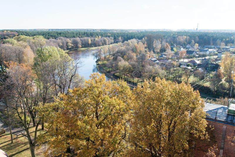 Vista aérea da cidade rural em latvia valmiera fotografia de stock